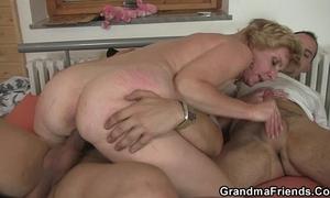 Mature white lady enjoys 2 new schlongs
