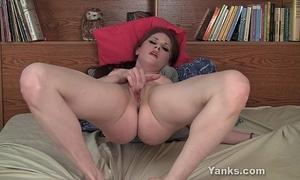 Sexy brunette hair belle fingering her fur pie